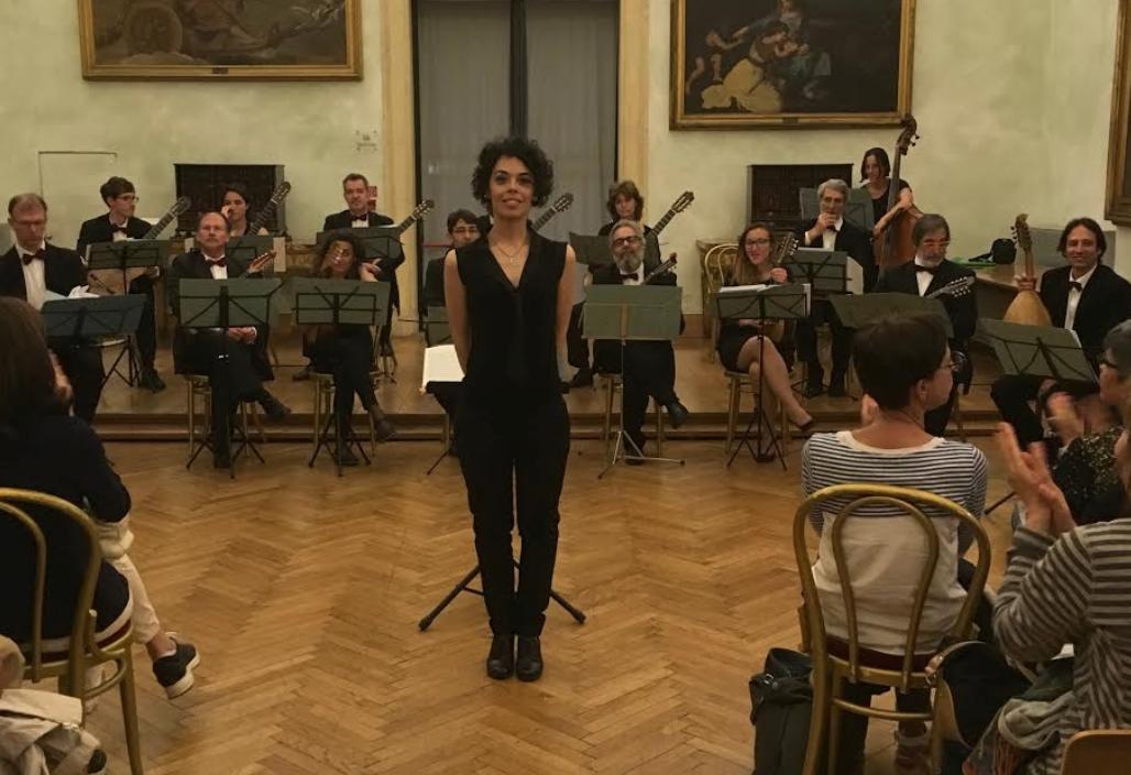 l'Orchestra Mandolinistica Romana diretta dal M° Teresa Fantasia,