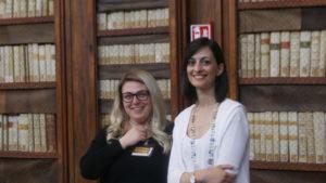 Ilaria Vercillo e Martina Pugliesi, curatrici della mostra di manoscritti rari alla Biblioteca Casanatense.